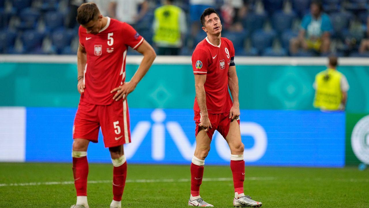 Verlierer: Polen scheidet trotz Weltfußballer Lewandowski früh aus - Bildquelle: 2021 Getty Images