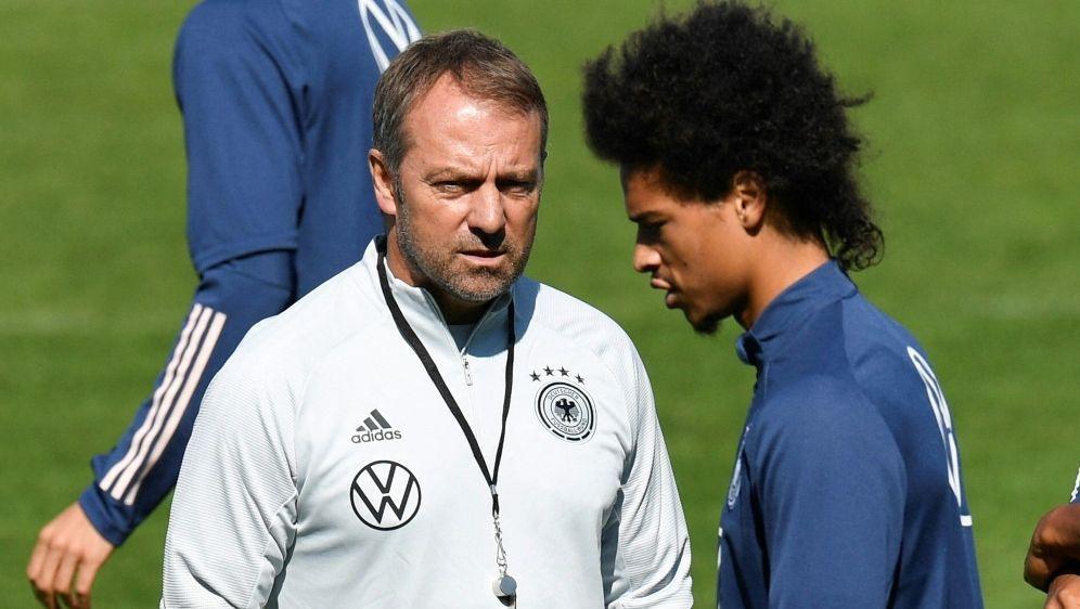 Trainer Hansi Flick (l.) und Offensivspieler Leroy Sane - Bildquelle: AFP SIDTHOMAS KIENZLE