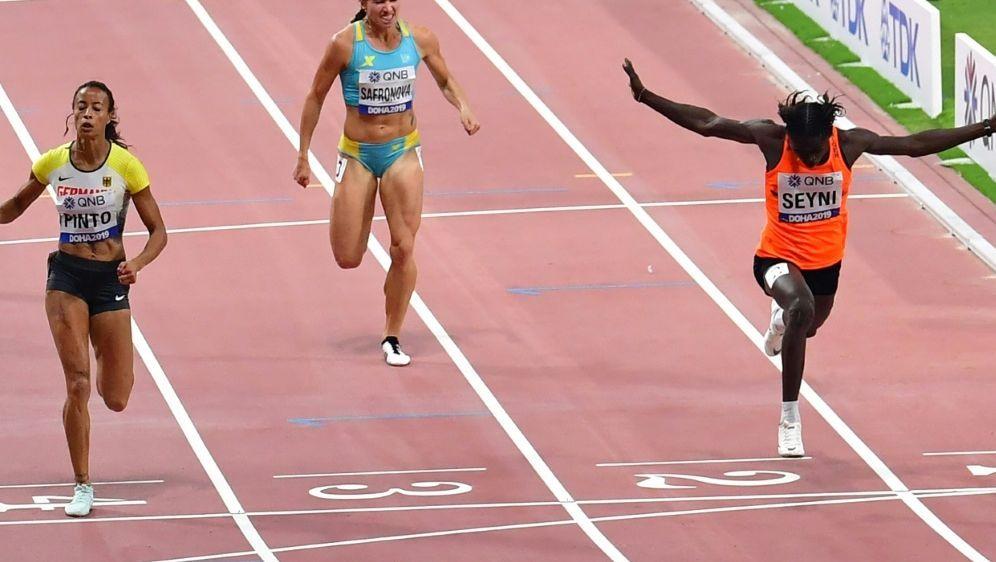 Aminatou Seyni (r.) wird der 400-m-Start verwehrt - Bildquelle: AFPAFPGiuseppe CACACE