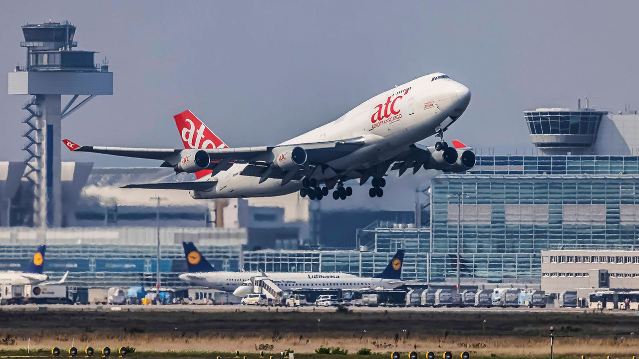 Frankfurt: Flughafen - Bildquelle: imago images/Arnulf Hettrich