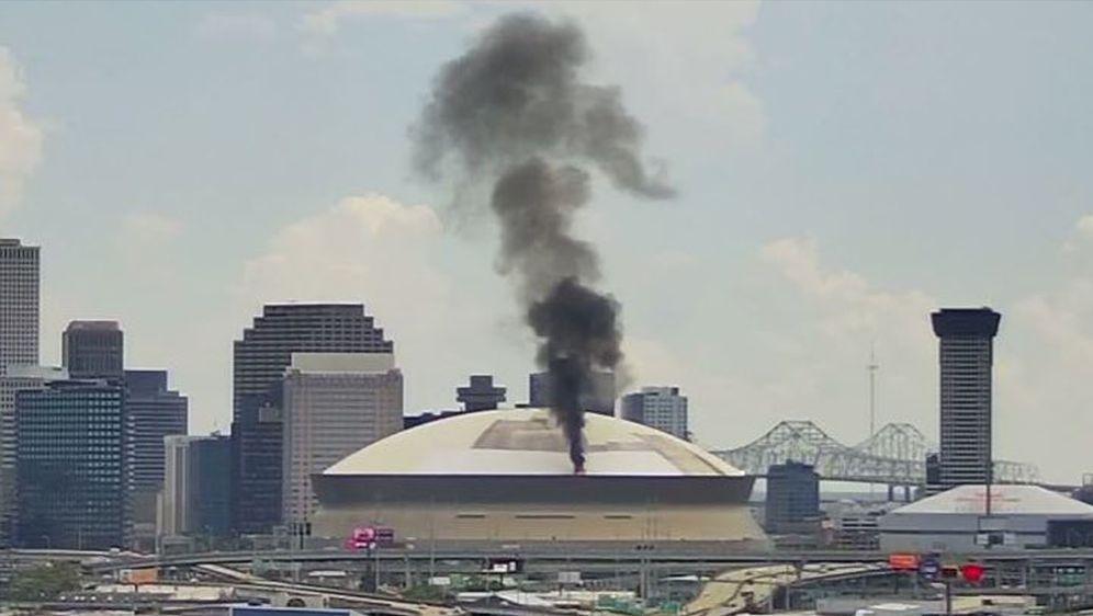 Feuer am Caesers Superdome. - Bildquelle: Twitter @havedaymemes