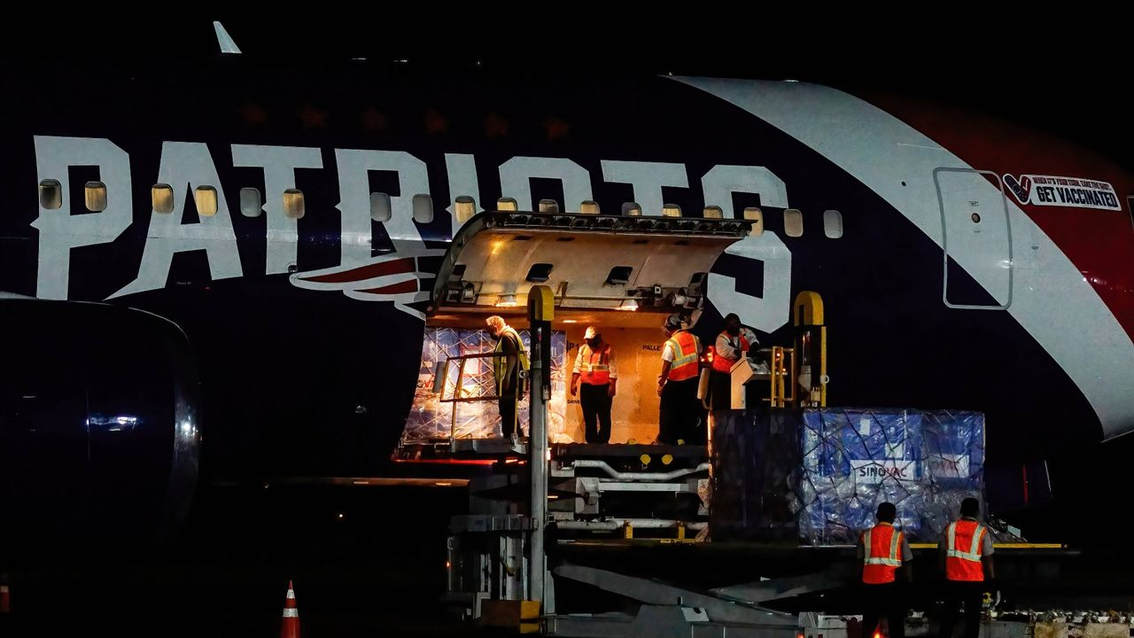 Patriots-Flugzeug als Transportmittel für Impfstoffe eingesetzt - Bildquelle: imago