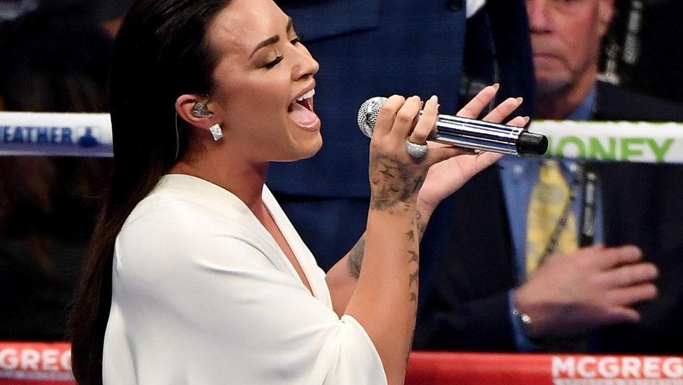 Demi Lovato singt beim Super Bowl LIV in Miami die Nationalhymne - Bildquelle: Getty Images