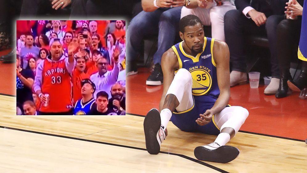 Die Raptors-Fans (links) beklatschten die Verletzung von Kevin Durant (recht... - Bildquelle: Getty