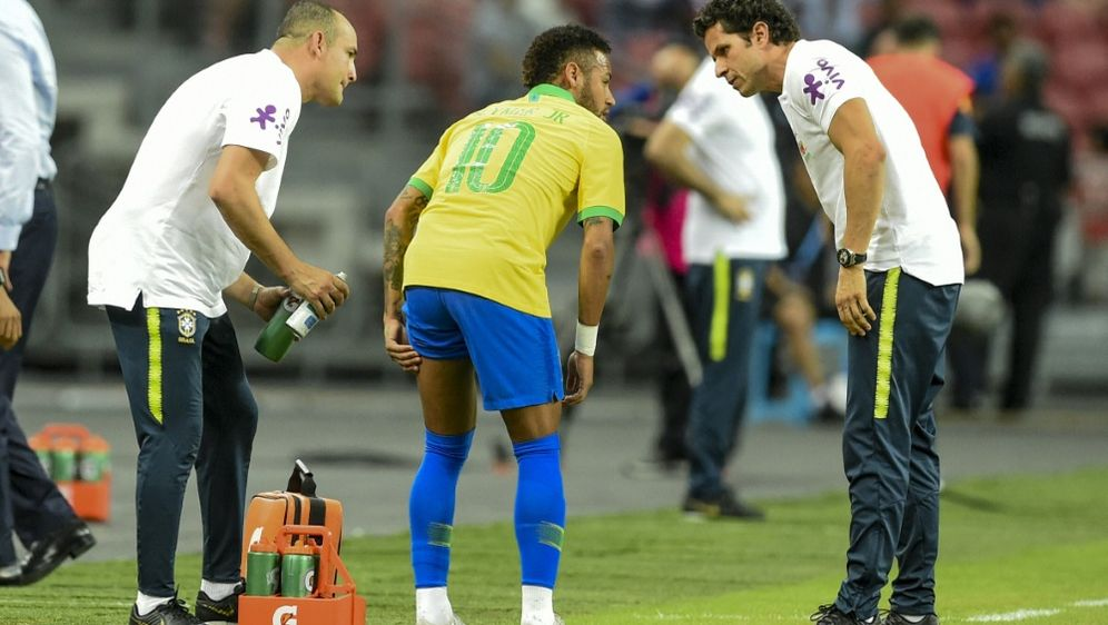 Neymar musste nach zwölf Minuten mit Schmerzen vom Platz - Bildquelle: AFPSIDROSLAN RAHMAN