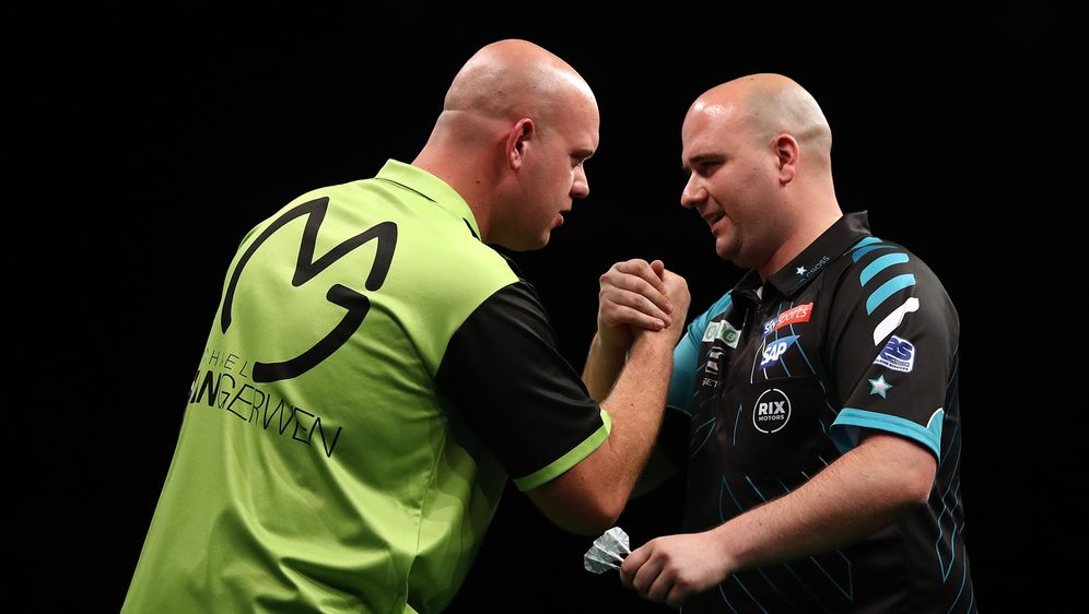 Michael van Gerwen (li.) und Rob Cross (re.) sind beim German Darts Masters ... - Bildquelle: Getty Images