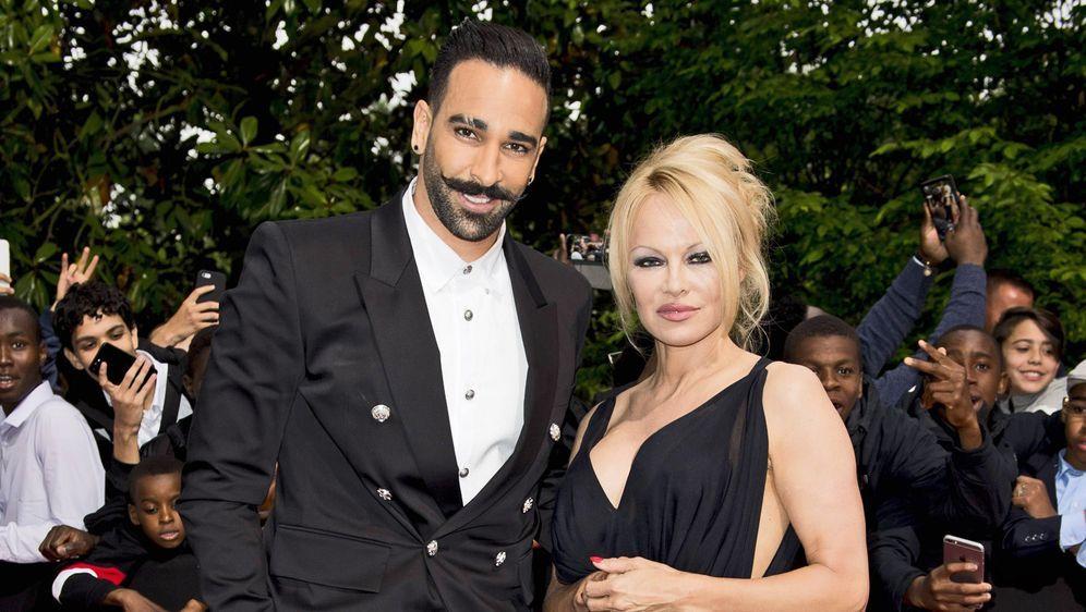 Pamela Anderson hat sich vom franzöischen Fußball-Profi Adil Rami getrennt. - Bildquelle: imago images / PanoramiC
