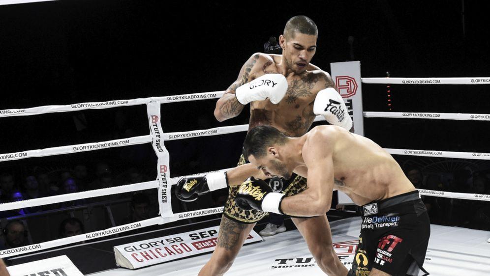 Alex Pereira verteidigte seinen Titel durch Knockout - Bildquelle: Glory Sports International