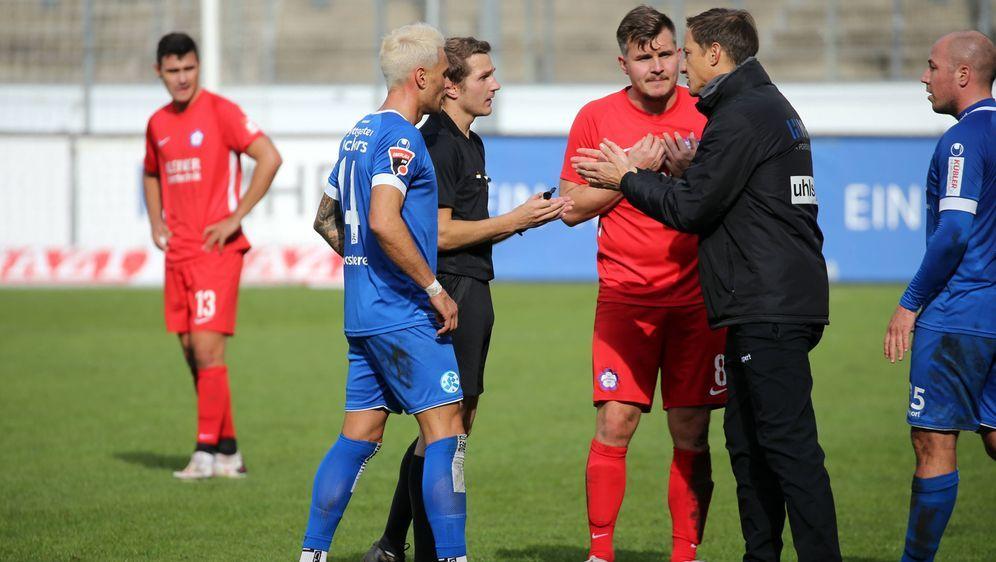 Kickers-Coach Ramon Gehrmann diskutierte kurz vor der Anordnung zum Eigentor... - Bildquelle: imago images/Sportfoto Rudel