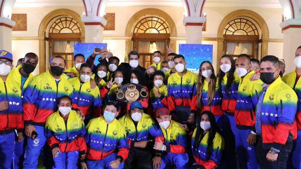 Nicolas Maduro schickt das venezolanische Team auf die Reise - Bildquelle: Prensa MirafloresPrensa MirafloresAFPZurimar CAMPOS