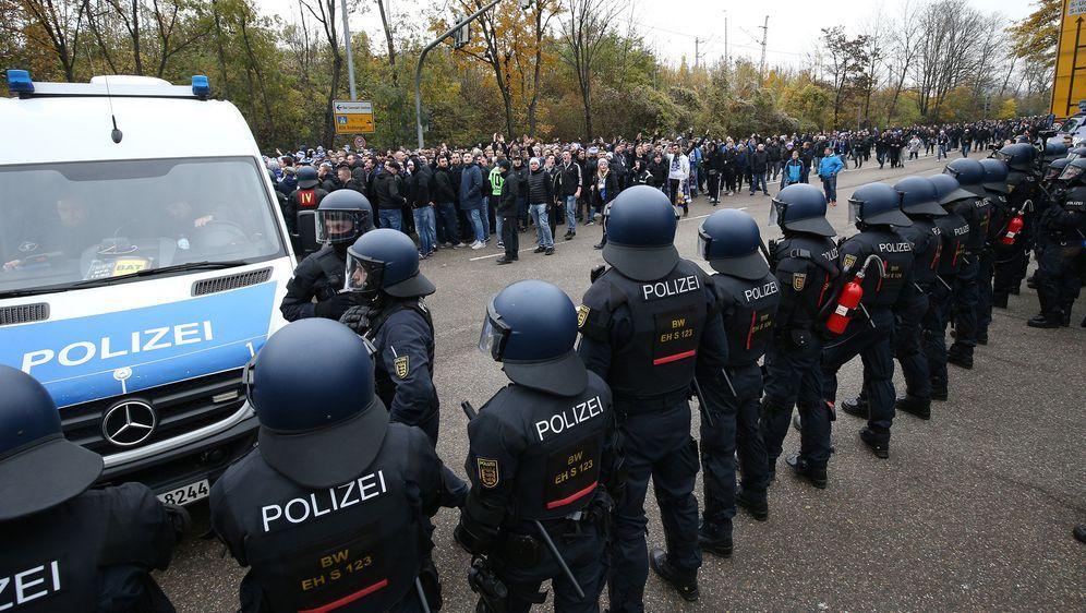 Karlsruher SC kritisiert Vorgehen der Polizei. - Bildquelle: imago