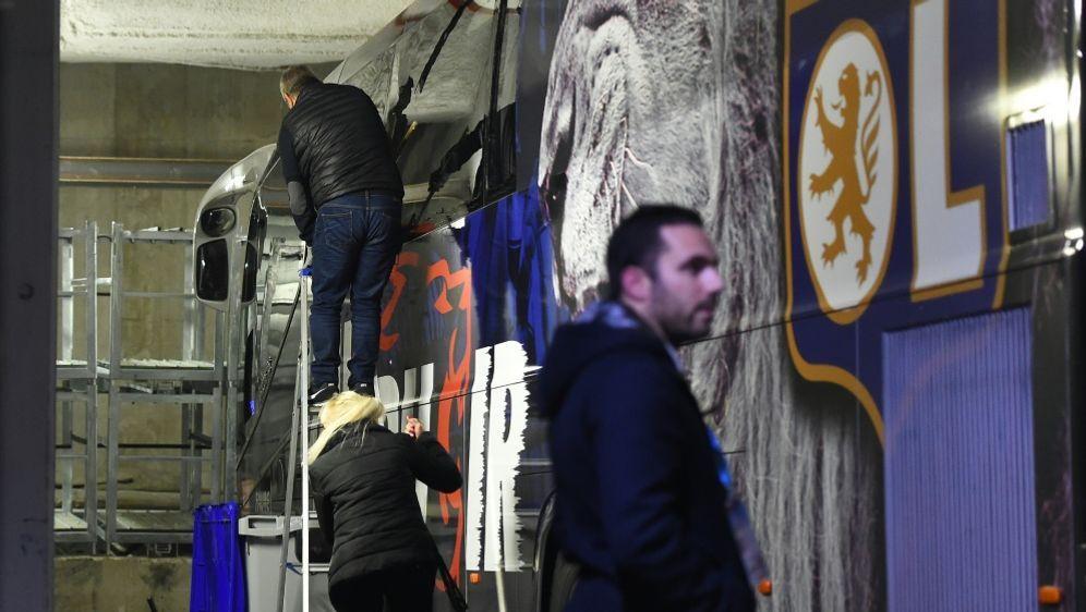 Scheiben des Mannschaftsbusses von Lyon gingen zu Bruch - Bildquelle: AFPSIDSYLVAIN THOMAS