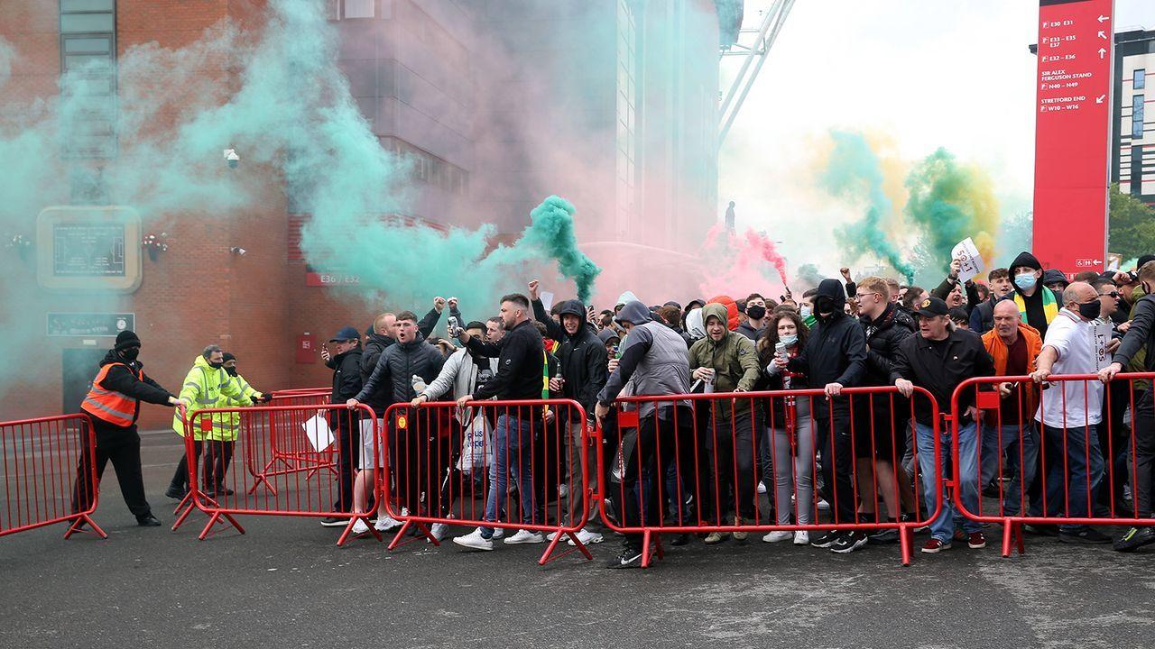 Hunderte brechen ins Stadion ein - Bildquelle: Imago Images