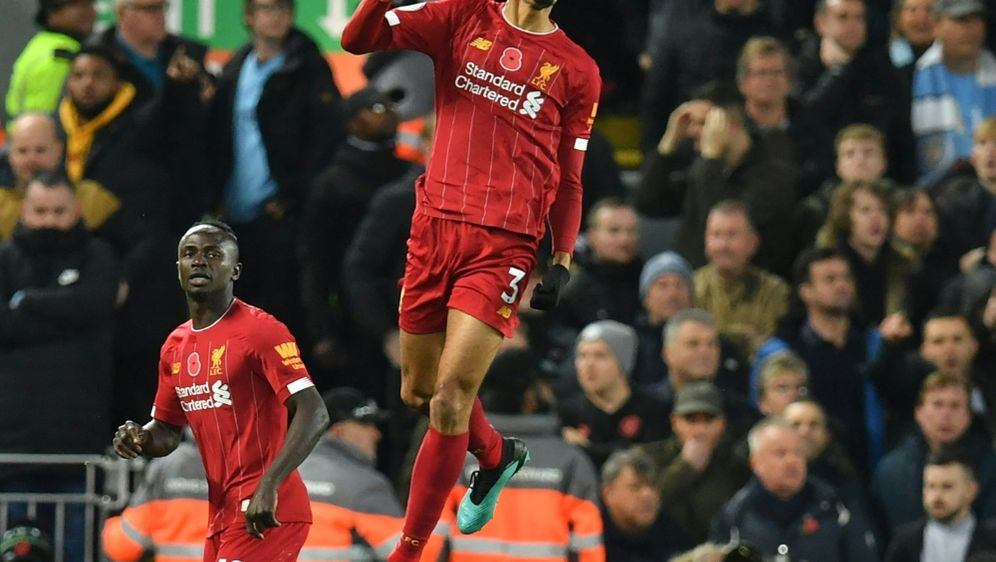 Fabinho (M.) bleibt beim FC Liverpool - Bildquelle: AFPSIDPAUL ELLIS