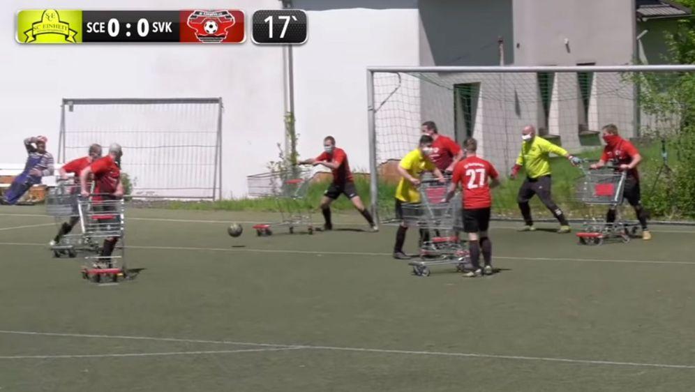 ZweiAmateur-Vereine lieferten sich ein packendes Fußballspiel mit Einkaufsw... - Bildquelle: Screenshot: youtube Team Rabenfront