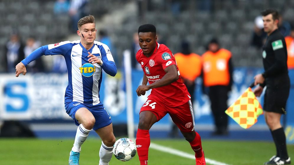 Mit Streifen im Gesicht solidarisierten sich die Hertha-Spieler mit Torunari... - Bildquelle: Getty Images