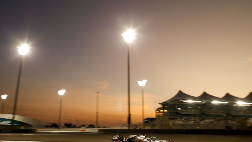 Lewis Hamilton holt in Abu Dhabi die Pole Position - Bildquelle: PIXATHLONPIXATHLONSID