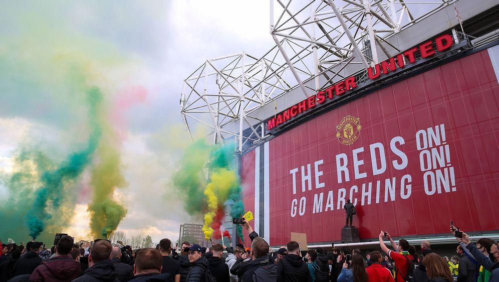 Die Fans von Manchester United protestierten am Stadion gegen die Super-Leag... - Bildquelle: imago images/PA Images