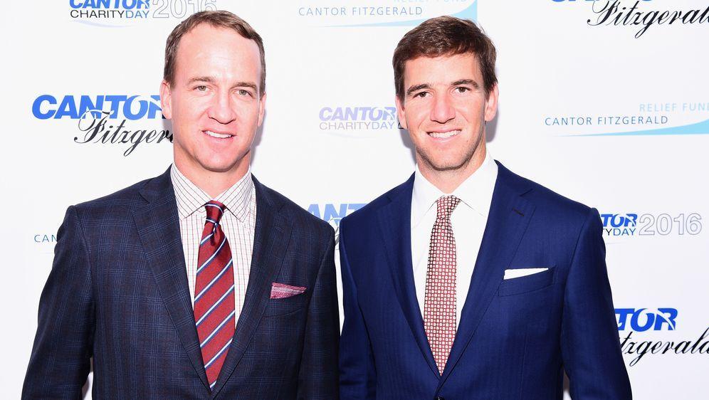 Peyton (li.) und Eli Manning (re.) zählen zu den besten Quarterbacks der NFL... - Bildquelle: 2016 Getty Images