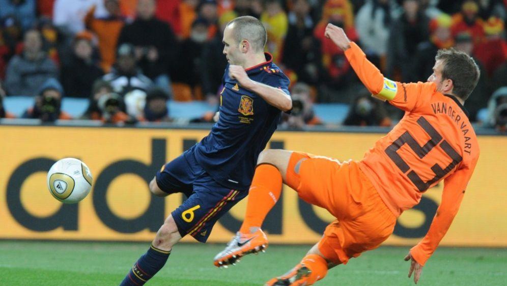 Iniesta (l.) schoss Spanien im WM-Finale 2010 zum Titel - Bildquelle: AFPSIDGABRIEL BOUYS