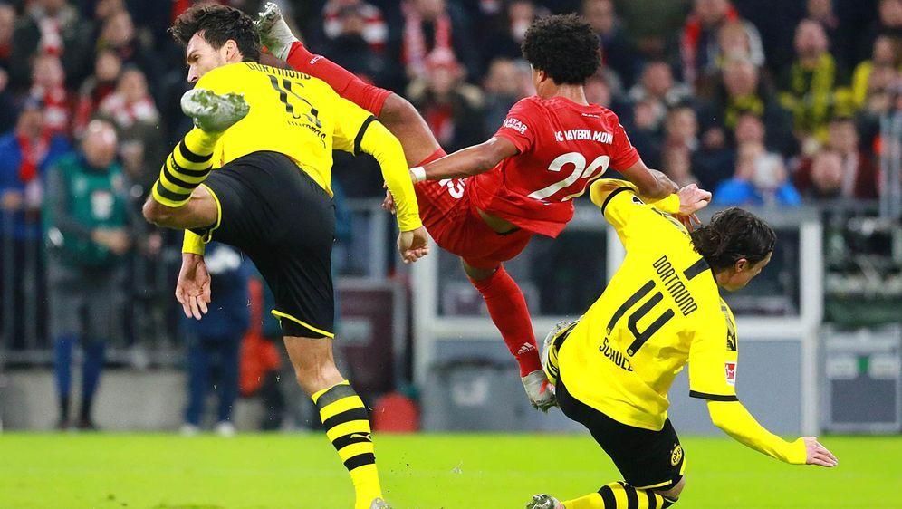 Serge Gnabry (M.) erzielte das zwischenzeitliche 2:0 für den FC Bayern, Mats... - Bildquelle: imago