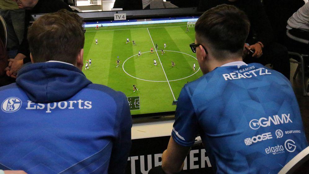 eSports gilt als das am stärksten wachsende Segment im Sport- und Entertainm... - Bildquelle: imago/Hartenfelser