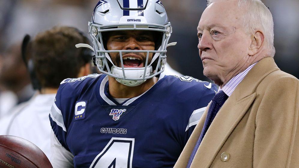 Wie geht's weiter? Die Dallas Cowboys um Besitzer Jerry Jones (r.) müssen si... - Bildquelle: Getty Images
