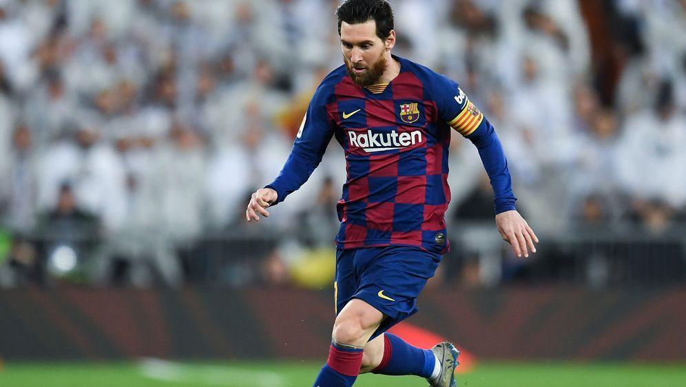 Lionel Messi und seine Mitspieler verzichten in der Corona-Krise auf 70 Proz... - Bildquelle: 2020 Getty Images