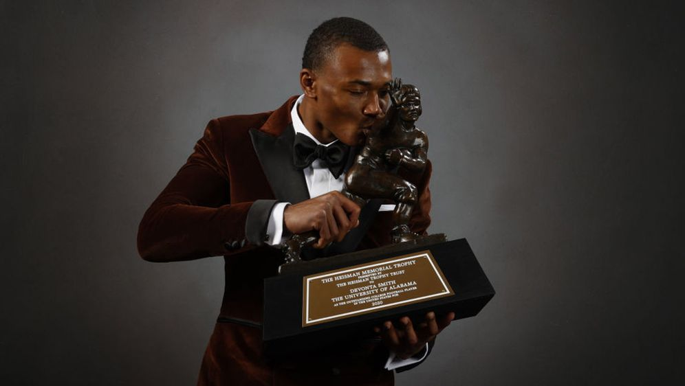 DeVonta Smith gewinnt die Heisman Trophy. - Bildquelle: 2021 Getty Images