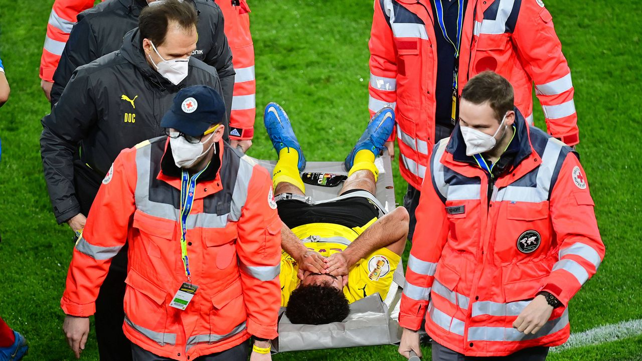 Mateu Moreys Verletzung schockt Borussia Dortmund - Bildquelle: imago