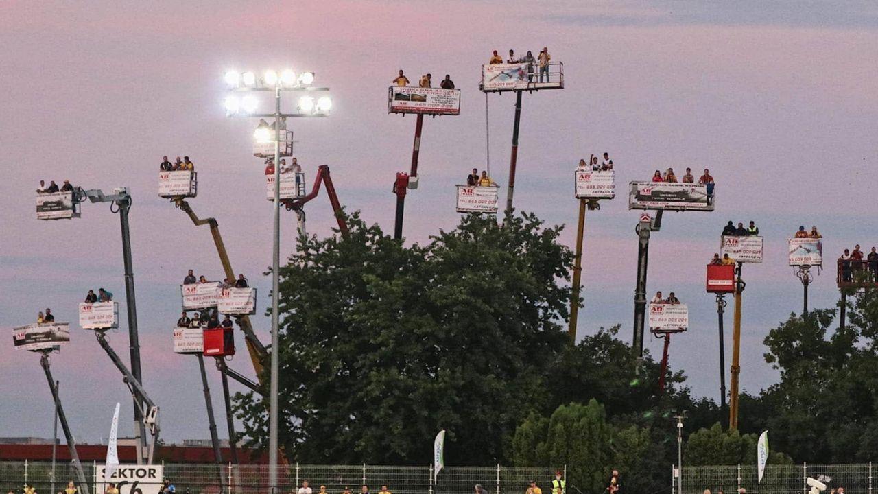 Speedway-Fans mieten sich Kräne zum Zuschauen - Bildquelle: Facebook/@speedwaymotorlublin