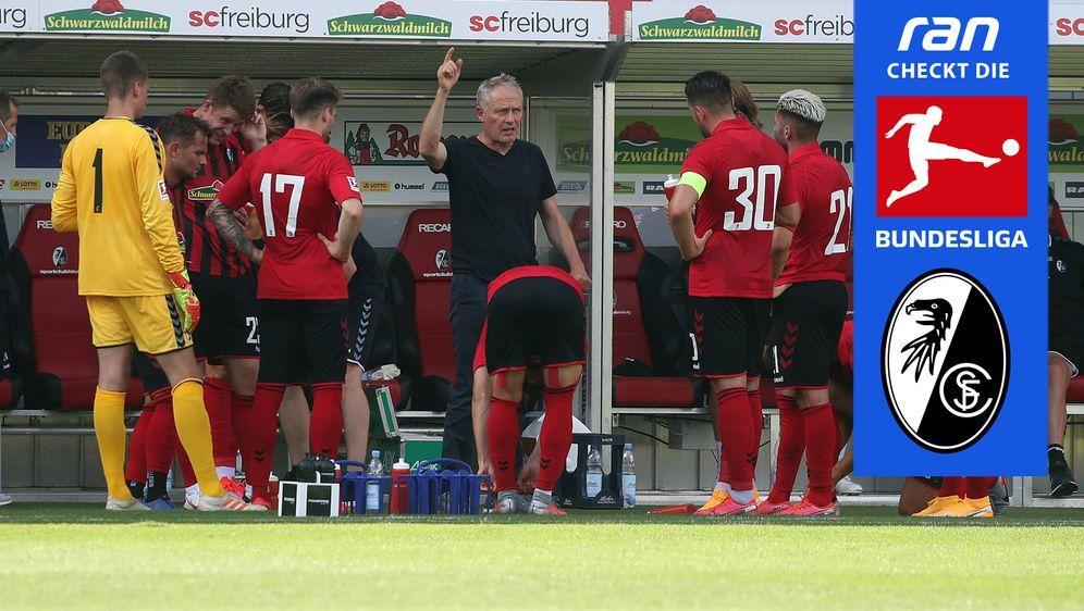 Christian Streich (Mi.) muss beim SC Freiburg den Abgang einiger Leistungstr... - Bildquelle: Imago