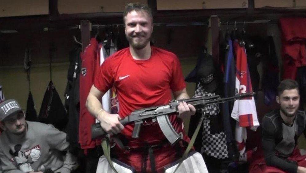Der russische TorhüterSaveli Kononov erhielt eine AK-47 als Trophäe als bes... - Bildquelle: twitter@HeartofNHL