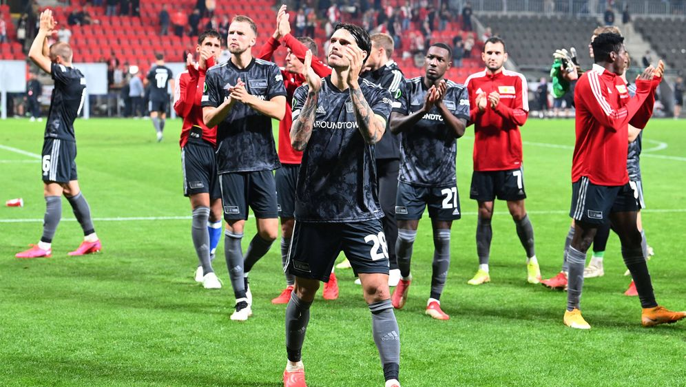 Die Spieler von Union Berlin wurden trotz der Niederlage von ihren Fans gefe... - Bildquelle: imago images/Matthias Koch