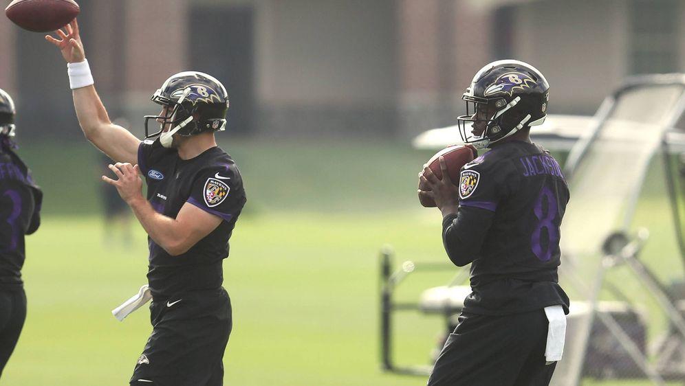 Joe Flacco (li.) und Lamar Jackson (re.) bei den freiwilligen Trainingseinhe... - Bildquelle: imago/ZUMA Press