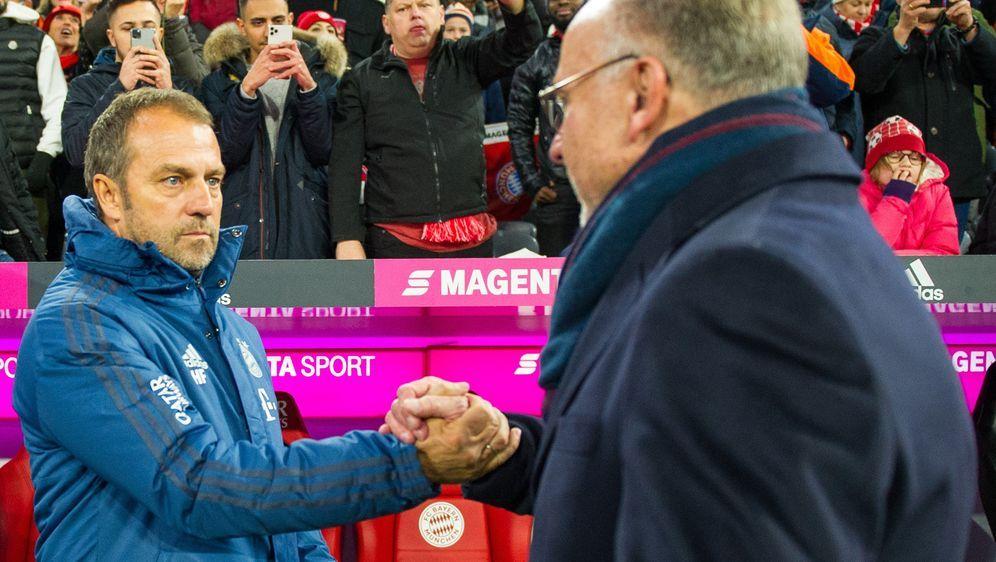 Wollen auch in Zukunft erfolgreich zusammenarbeiten: Bayern-Coach Hansi Flic... - Bildquelle: imago