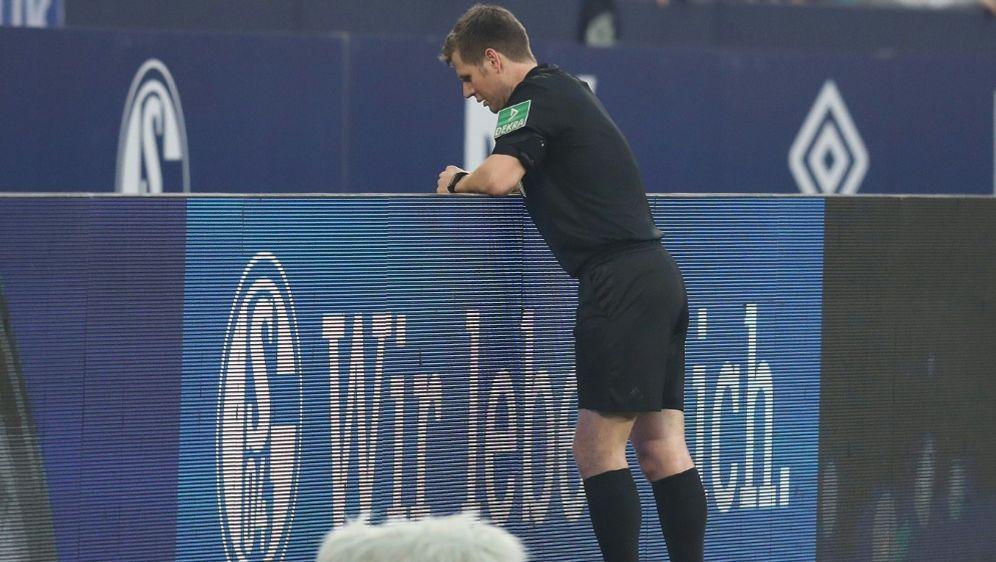 Sorgte für Diskussionen: Der Videobeweis auf Schalke - Bildquelle: FIROFIROSID