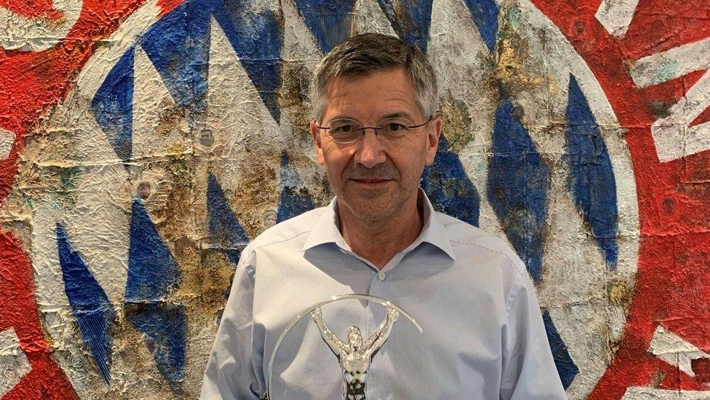 Herbert Hainer mit der Trophäe - Bildquelle: Laureus Sport for Good Laureus Sport for GoodLaureus Sport for GoodLaureus Sport for Good
