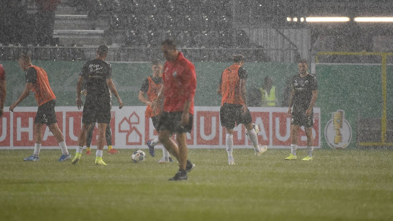 DFB-Pokal: Unwetter-Chaos in Sandhausen - Bildquelle: imago images / Jan Huebner