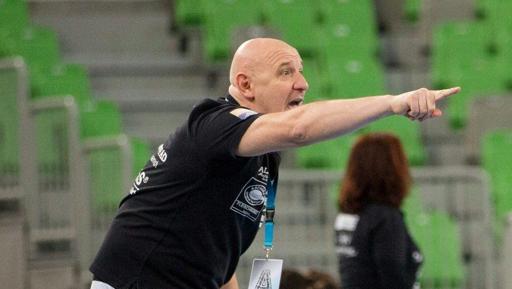 Herbert Müller feiert mit seinem Team den Pokalsieg - Bildquelle: PIXATHLONPIXATHLONSID
