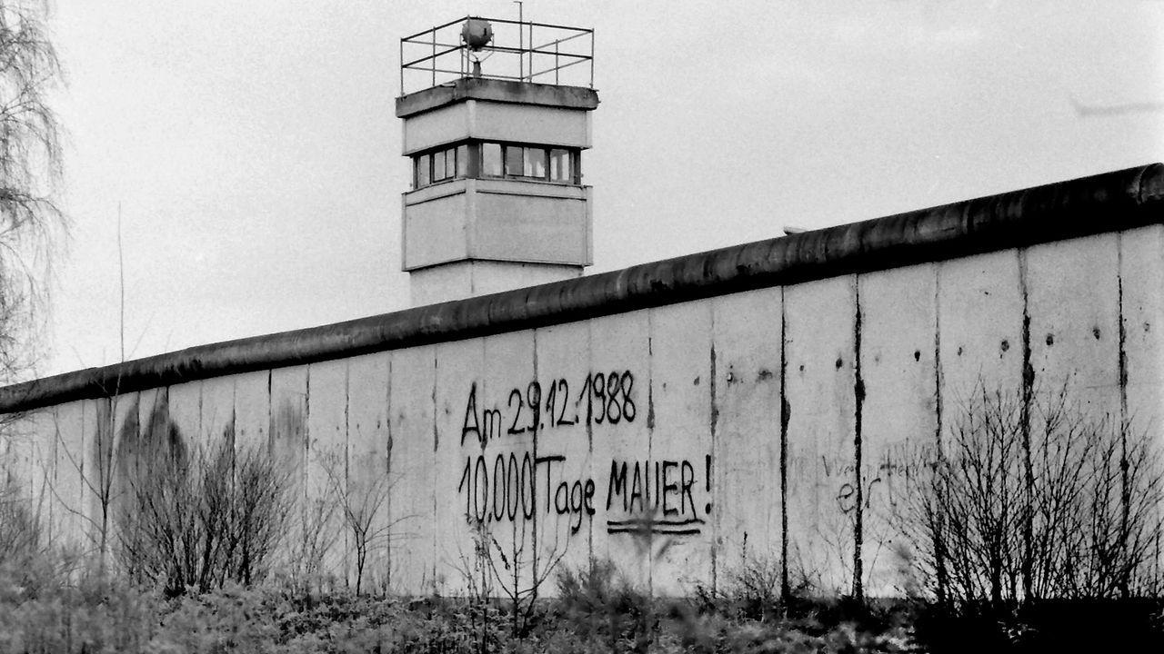 Die Mauer steht noch - Bildquelle: imago/sepp spiegl