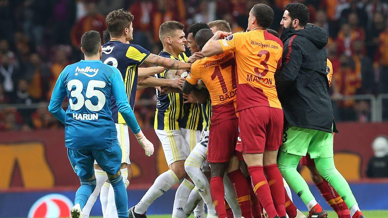 Massenschlägerei bei Istanbul-Derby: Die Eskalation am Bosporus - Bildquelle: imago/Seskim Photo