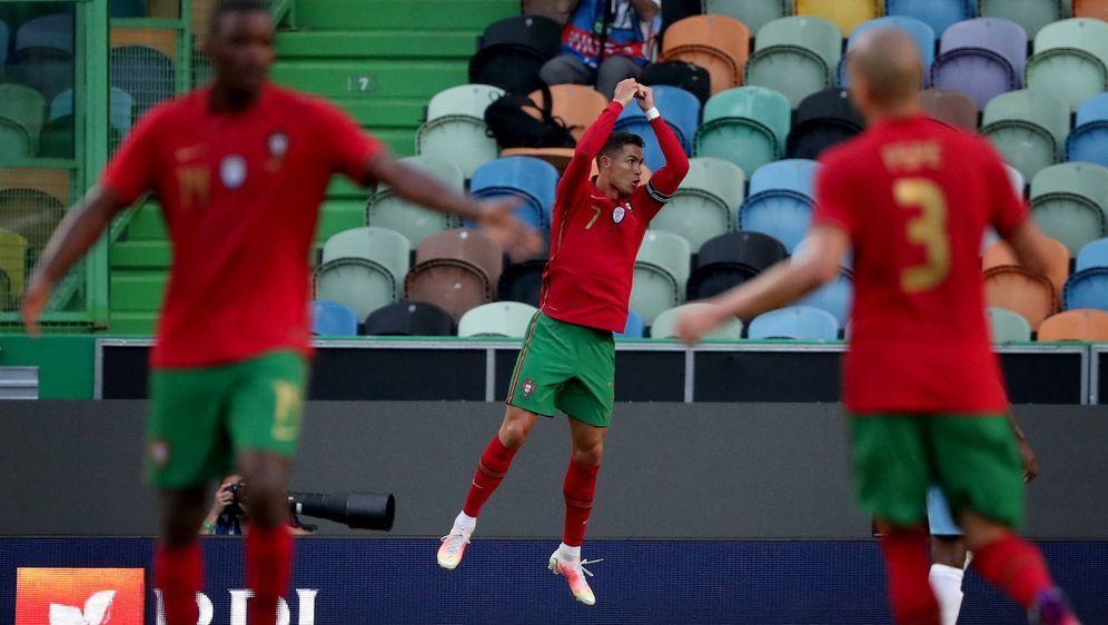 Cristiano Ronaldo (M.) spielt womöglich seine letzte Europameisterschaft. - Bildquelle: imago images/NurPhoto