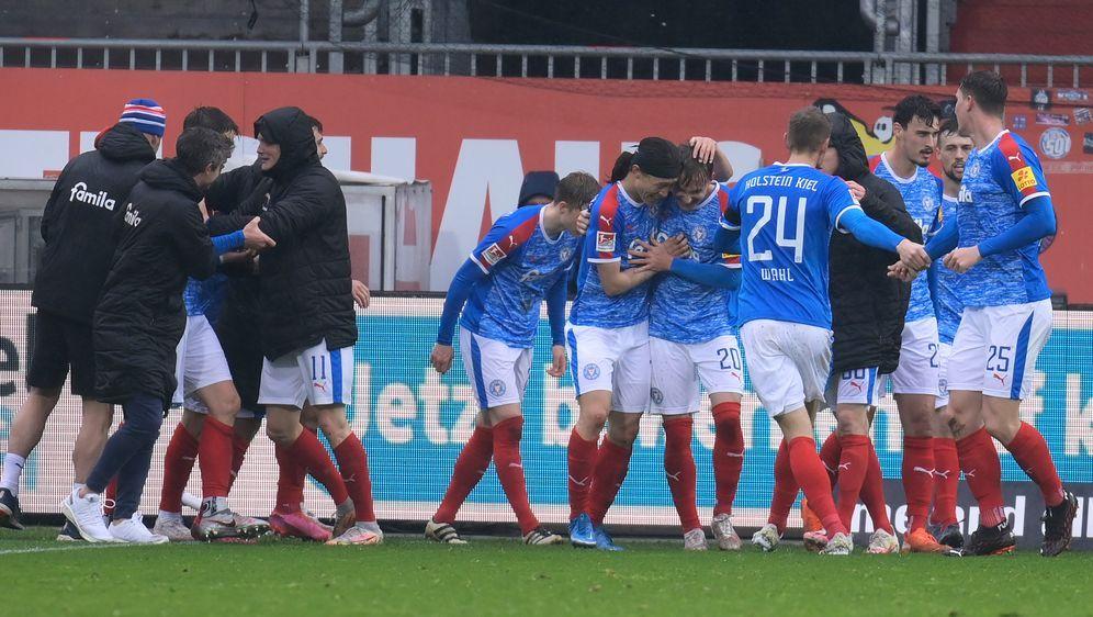 Holstein Kiel wird die Saison mindestens auf Platz drei beenden. - Bildquelle: imago images/Holsteinoffice