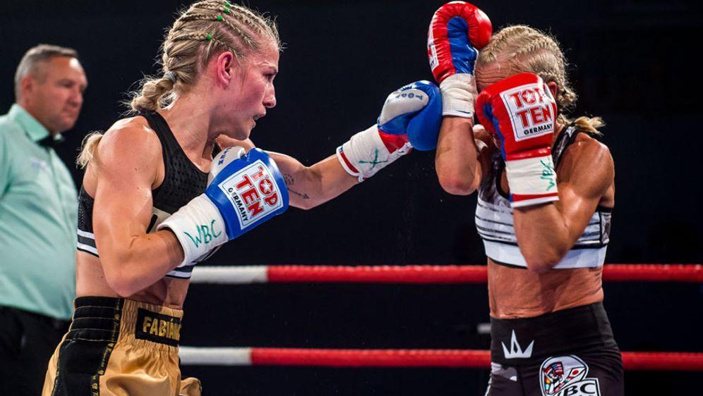 Fabiana Bytyqi (li.) bleibt WBC-Weltmeisterin im Atomgewicht - Bildquelle: SES