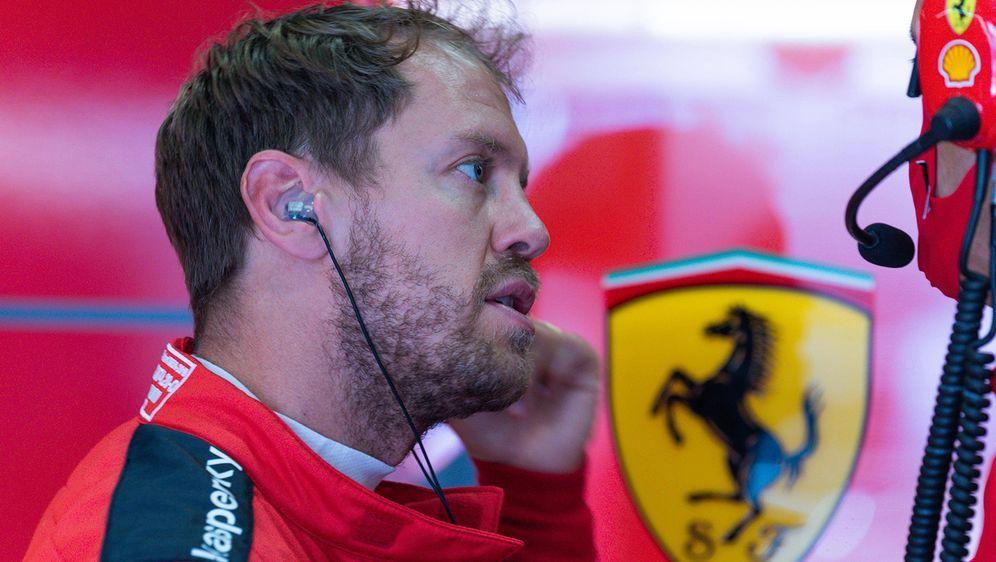 Sebastian Vettel ist nach Platz 10 in Spielberg niedergeschlagen. Nach dem R... - Bildquelle: Imago