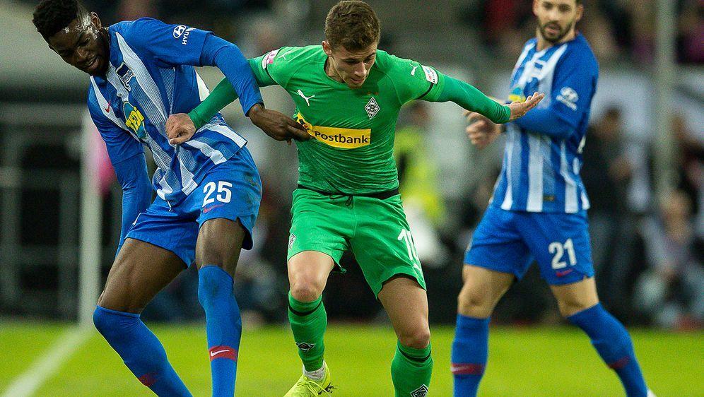 Kampf um den Ball: Gladbachs Torschütze Thorgan Hazard (r.) behauptet sich g... - Bildquelle: Getty Images