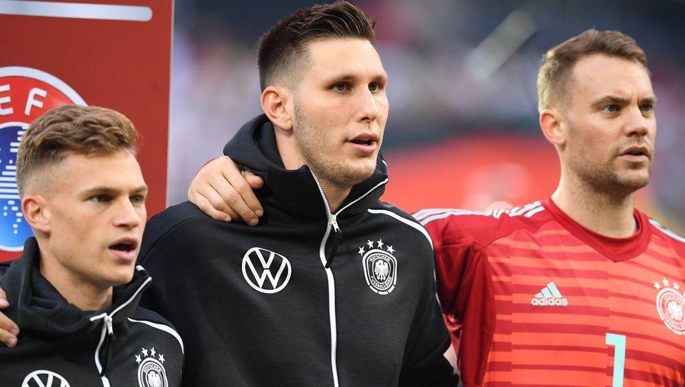 Manuel Neuer, Niklas Süle und Joshua Kimmich (von rechts) sind wieder ins Tr... - Bildquelle: imago