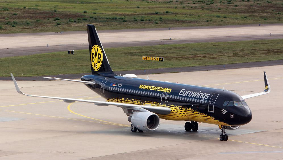 Die deutschen Bundesligisten reisen häufig mit dem Flugzeug zu den Auswärtss... - Bildquelle: imago images/Ralph Peters