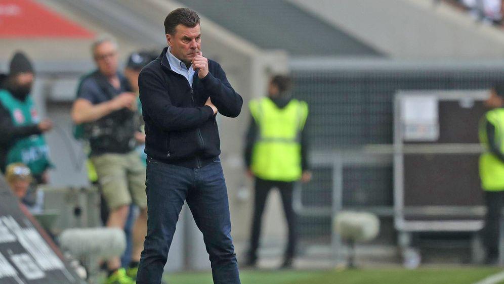 Mönchengladbachs Coach Dieter Hecking war schwer enttäuscht nach der 1:3-Nie... - Bildquelle: imago